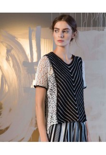 Strikkekit sort hvid bluse med blonder på side og ærmer