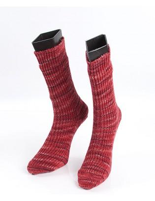 Strikkede strømper i varme røde nuancer. Schoppel Wolle kvalitets strømpegarn