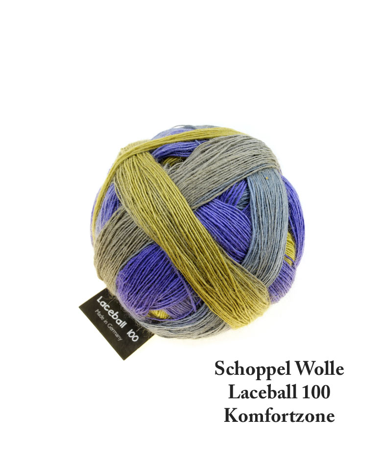 Laceball 100 i farven Komfortzone. Schoppel Wolle. Et garnnøgle i frisk gulgrøn og klar blå farvespil. Nærmest en panglavendelblå.