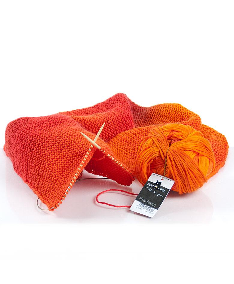 Strikket tørklæde af Gradient i flotte orange farver